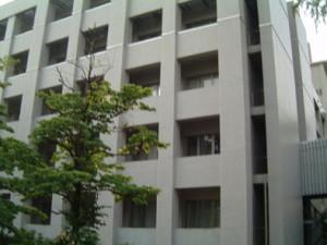 大学院医学系研究科。4階に神経生理学の研究室があります。