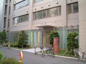 石井ホール。学生が夜遅くまで勉強しています。