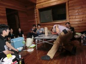 そして、2次会は恒例のジェンガ。酔っぱらい達が真剣です。